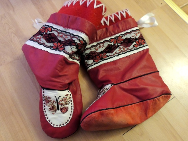 Kamiks made of red leather, with butterflies.